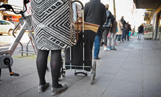 Coronavirus: Warteschlange vor Geschäften