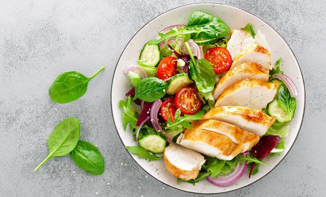Gesunde Ernährung im Homeoffice: Salat mit gegrillter Hähnchenbrust