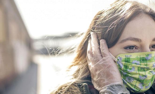 Eine Frau trägt eine Atemmaske