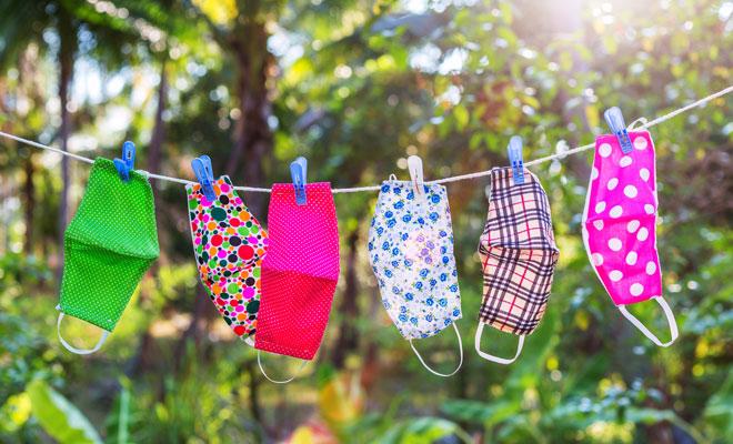 Atemschutzmasken hängen zum Trocknen auf einer Wäscheleine