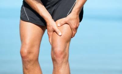 Ein Mann mit Muskelkater im Oberschenkel