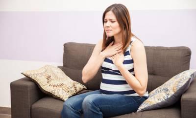 Eine schwangere Frau mit Sodbrennen
