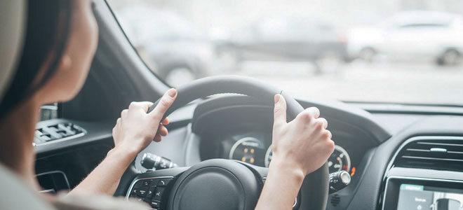 Eine Frau fährt routiniert Auto