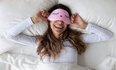 Eine junge Frau nutzt Einschlafhilfen