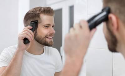Ein Mann benutzt eine Haarschneidemaschine