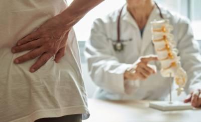 Ein Patient mit Rückenschmerzen sucht einen Arzt auf