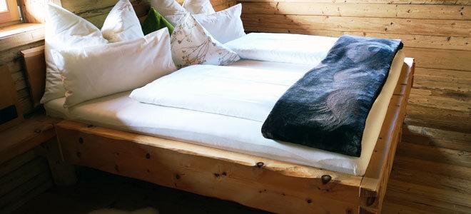 Ein Bett aus Zirbenholz