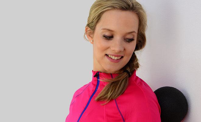 Eine junge Frau praktiziert Faszientraining für den Rücken