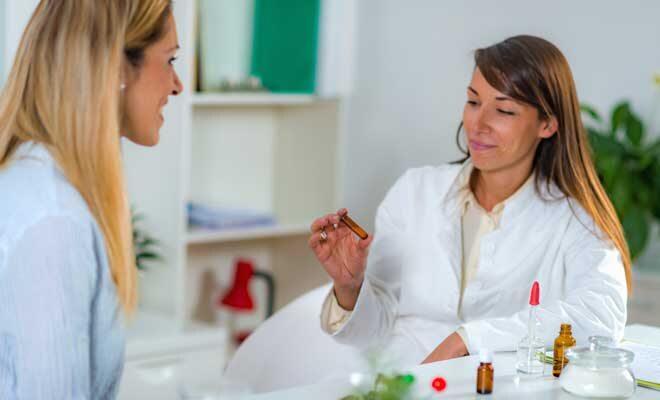 Zwei Frauen führen ein Gespräch über Homöopathie in den Wechseljahren