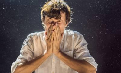 Ein Mann niest wegen Staub in der Luft