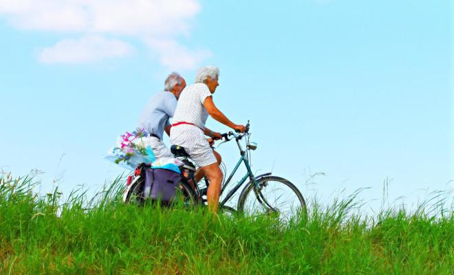 Zwei Männer fahren Fahrrad