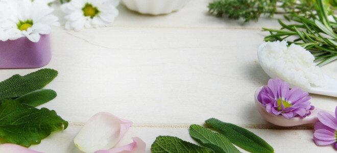 Kräuter auf einem Tisch